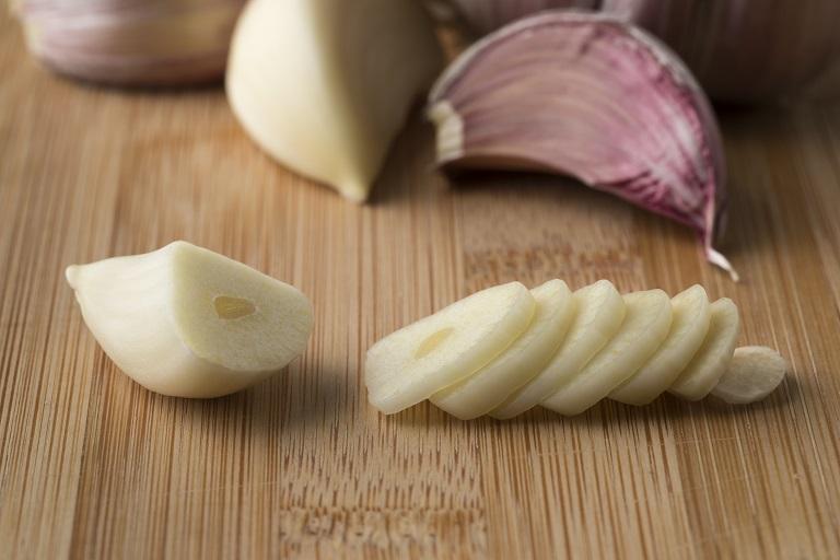 sliced raw garlic